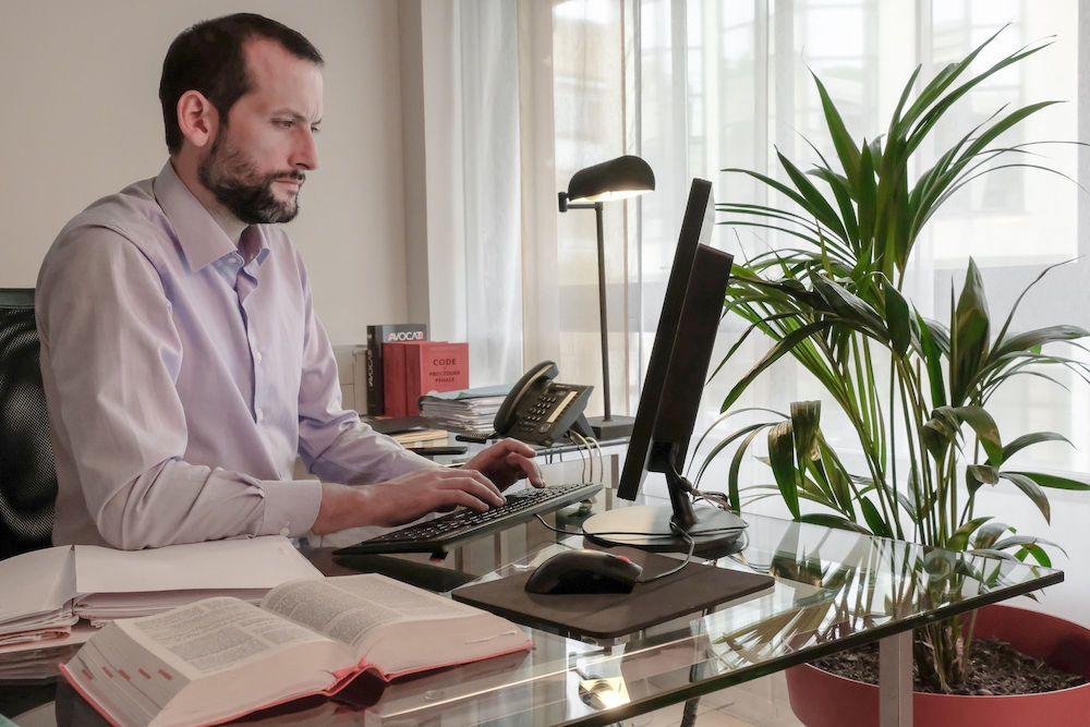 L'avocat Johan Helies assis à son bureau